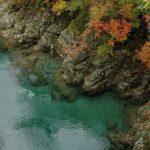 10月の置賜 小国町の温身平(ぬくみだいら)近くの渓流