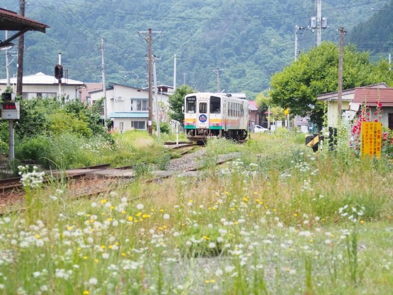 宮内駅にフラワー長井線