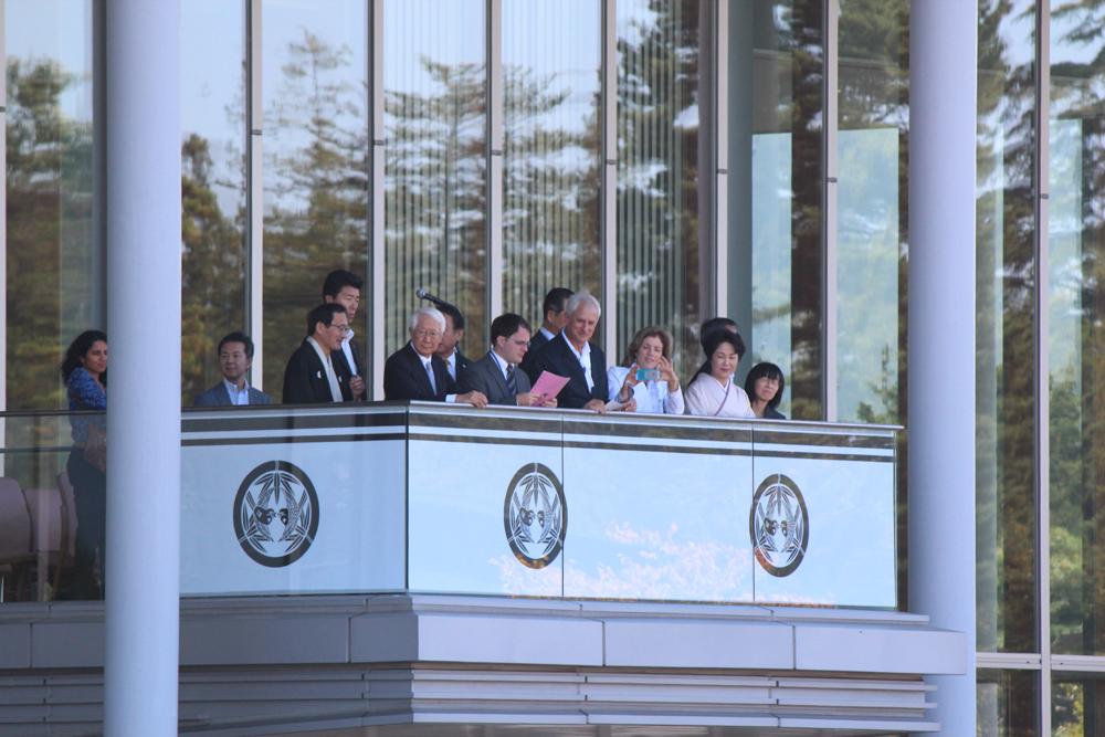 キャロライン・ケネディ駐日米大使も見ています。