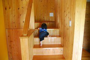 階段を上るちびっこ