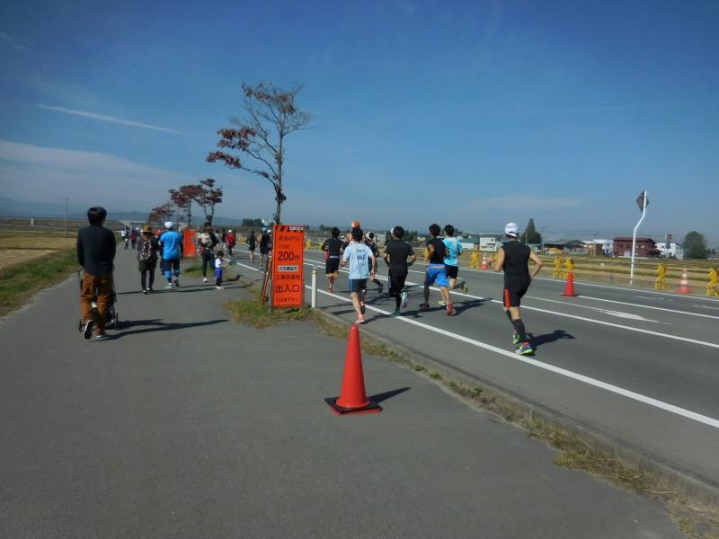 横を駆け抜ける10キロマラソンの人達