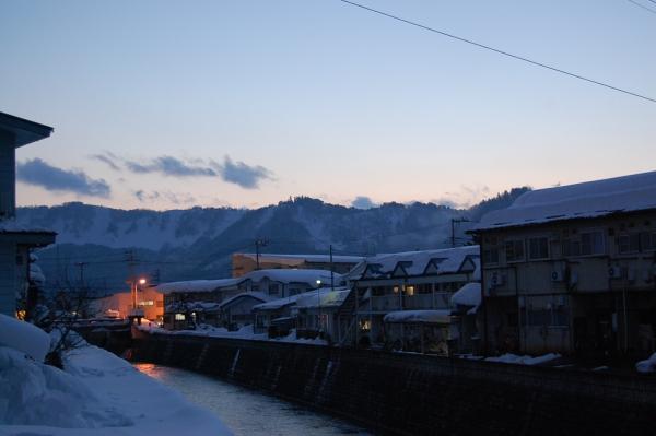 西の山に太陽が沈みます。